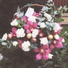 Flori: garoafe și cymbidium(orhidee); Preț: 273 lei.