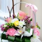 Flori: trandafiri, garoafe, cymbidium(orhidee) și frezii; Preț: 142 lei.
