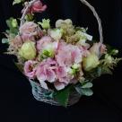 Flori: eustoma, frezii, hortensia, astilbe și trandafiri; Preț: 260 lei.