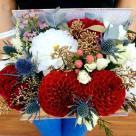 Flori: dalii, hypericum, miniroze și eryngium; Preț: 180 lei.