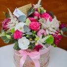 Flori: trandafiri, mini-roze, astilbe, yoko, frezii și eustoma; Preț: 186 lei.