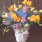 Flori: hortensia, eustoma și frezii; Preț: 121 lei.