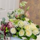 Flori: trandafiri, eustoma, yoko și ornithogalum; Preț: 270 lei.