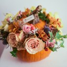 Aranjament în dovleac: trandafiri, cymbidium(orhidee), crizanteme, miniroze, hypericum și eryngium; Preț: 183 lei.