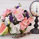 Aranjament în pepene roșu: hortensia, frezii, trandafiri, minigerbera și trachelium; Preț: 165 lei.