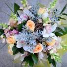 Flori: trandafiri, cymbidium(orhidee), matiola sau eustoma; Preț: 286 lei.
