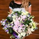 Flori: astilbe, crizanteme, eustoma și mini rose; Preț: 360 lei.