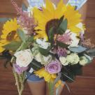 Flori: floarea soarelui, astilbe, mini rose și trandafiri; Preț: 214 lei.