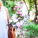 Flori: eustoma, bujori, frezii, mini rose și mini gerbera; Preț: 210 lei.