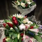 Flori: alstroemeria și lalele; Preț: 167 lei.
