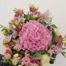 Flori: hortensia, eustoma, astilbe, frezii și trandafiri; Preț: 380 lei.