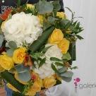 Flori: hortensia, frezii și trandafiri; Preț: 344 lei.