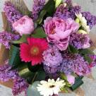 Floro: liliac, bujori, minigerbera și frezii; Preț: 153 lei.