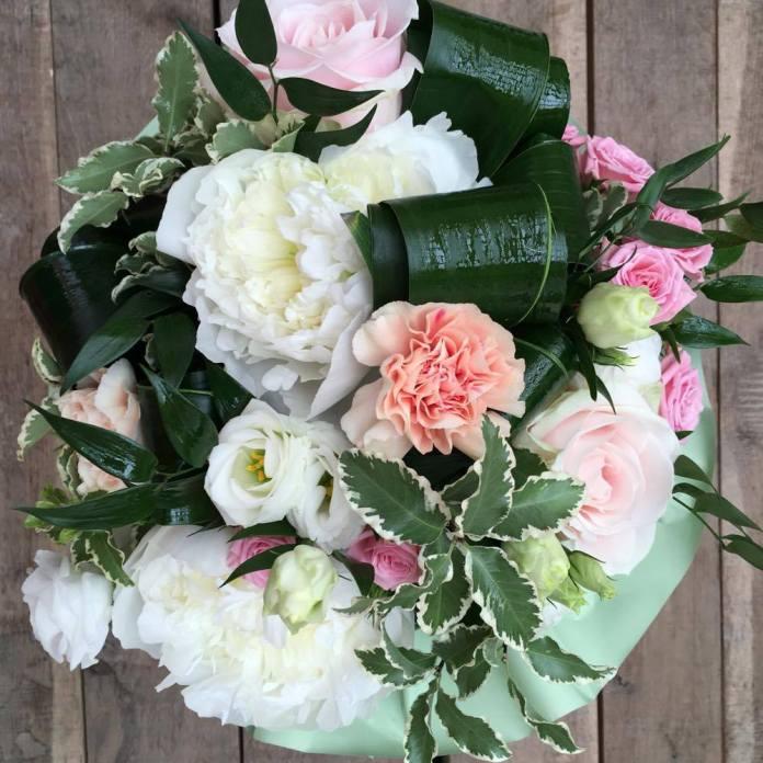 Flori: bujori, miniroze, trandafiri, eustoma și garoafe. Preț 156 lei.