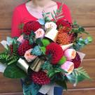 Flori: dalii, trandafiri, crzanteme și leucospermum; Preț: 210 lei.