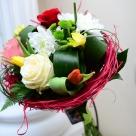 Flori: trandafiri, lalele, crizanteme și frezii. Preț: 98 lei.