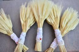 Buchet tematic pentru domnisoarele de onoare. Buchețelele au fost purtate la o ținută în stil tradițional.